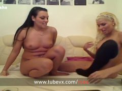 VISIT-X Blondie und Brownie spielen mit Dildo und Peitsche
